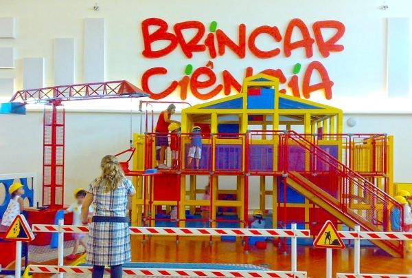 Дети строят игрушечный дом