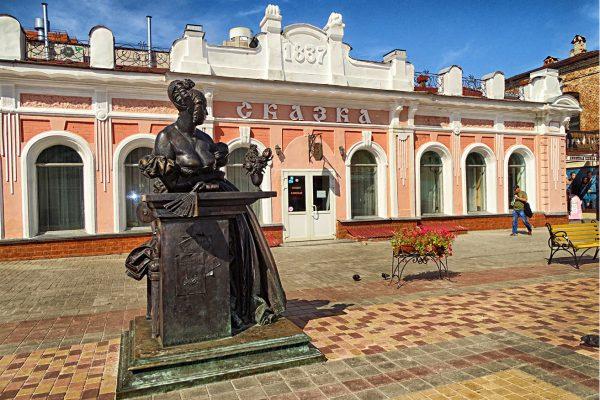 Дом Толмачёва и памятник казначейше Авдотье Николаевне