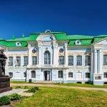 Фасад главного дома и памятник Грибоедову усадьбы Хмелита