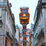 Исторический лифт со смотровой площадкой между домами Лиссабона