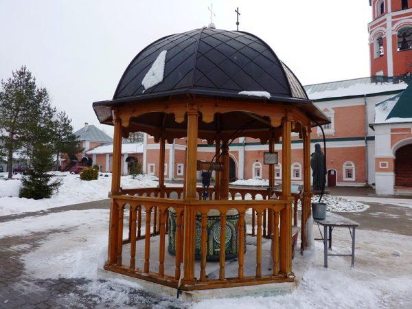 Колодец со святой водой на территории Иоанно-Предтеченского монастыря