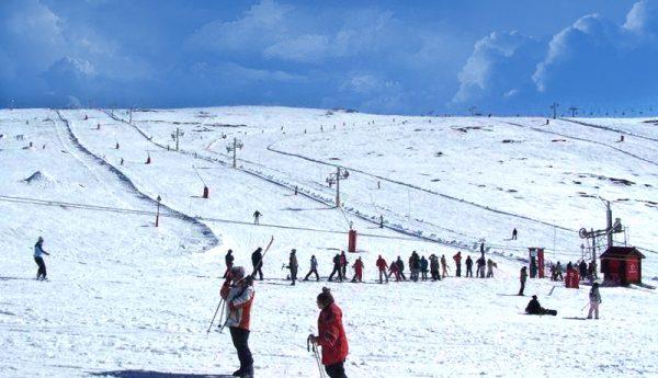 Люди катаются на лыжах на курорте Серра-да-Эштрела