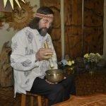 Создатель Музея солнца показывает поющую чашу