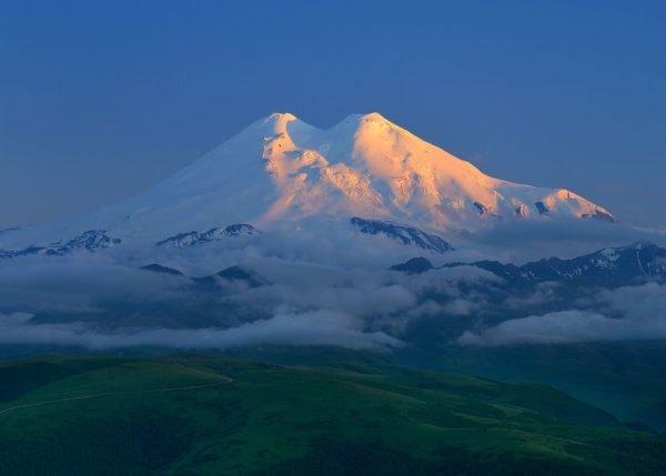 Двуглавый Эльбрус с северной стороны