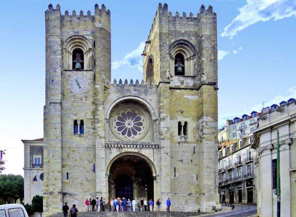 Парадный вход в Кафедральный собор Лиссабона
