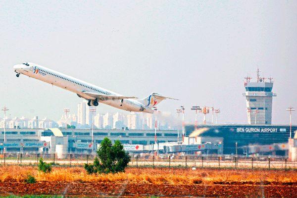 Самолёт взлетает с посадочной полосы аэропорта Бен-Гурион