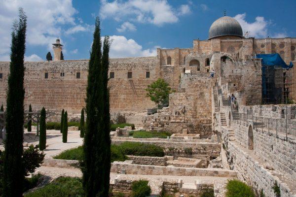 Древние стены и руины сооружений в археологическом парке Офель