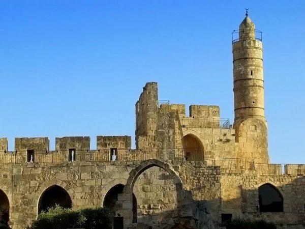 Древняя крепость с минаретом