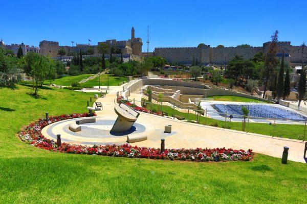 Зелёная зона с фонтаном и скамейками в парке Тедди