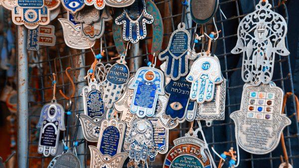 Сувениры в форме ладони на рынке Иерусалима