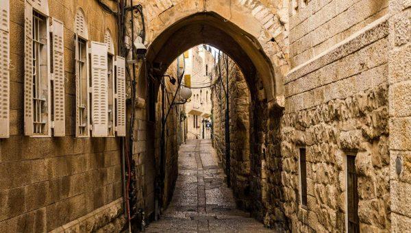 Люди идут крестным ходом по Пути Скорби в Иерусалиме