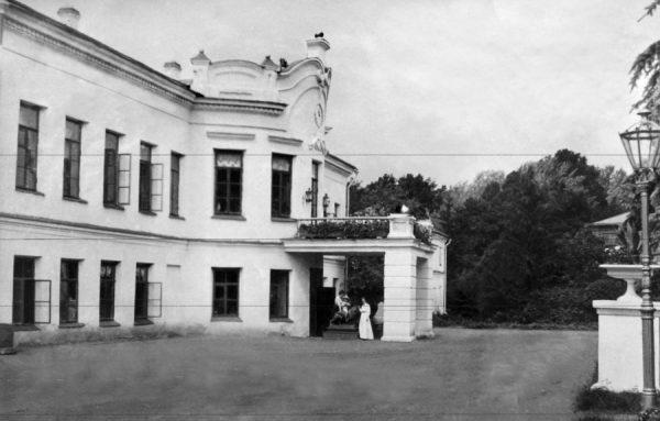 Старое фото главного дома усадьбы Худекова