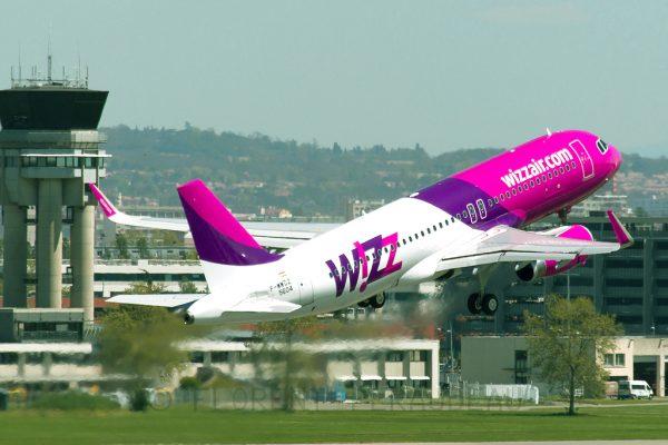 Самолёт компании Wizz Air взлетает с посадочной полосы аэропорта Будапешта