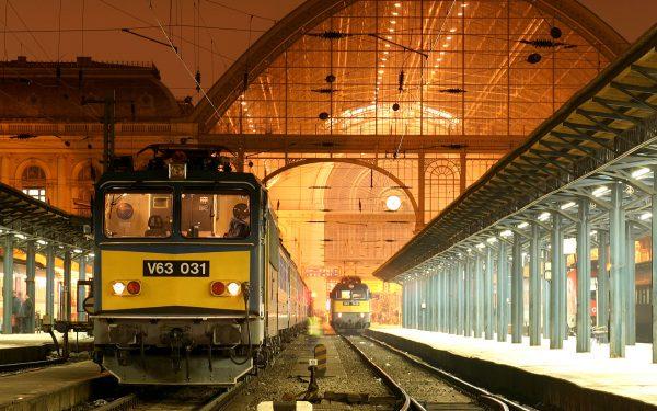 Поезд на железнодорожном вокзале Будапешта