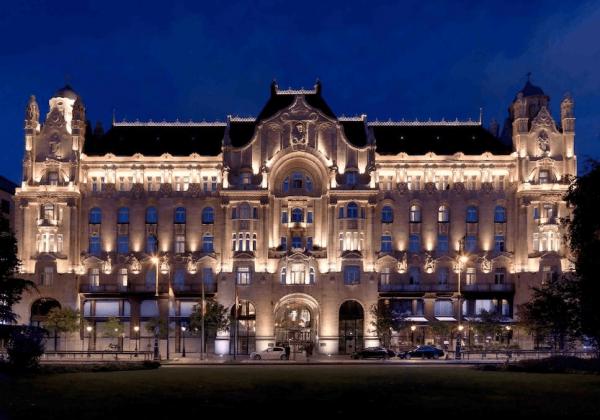 Здание дворца Грешем вечером