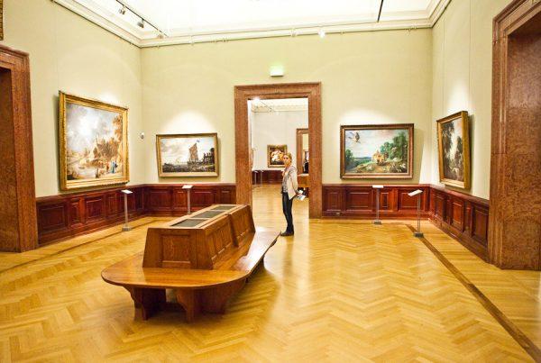 Картины на стенах в одном из залов музея изобразительного искусства