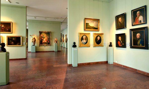 Картины и бюсты в художественной галерее