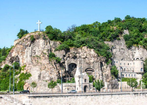 Пещерная церковь и монастырь в Будапеште