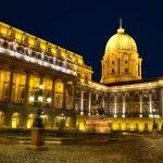 Фасад здания Королевского дворца в Будапеште при вечернем освещении