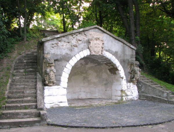 Пещера в парке «Высокий замок»