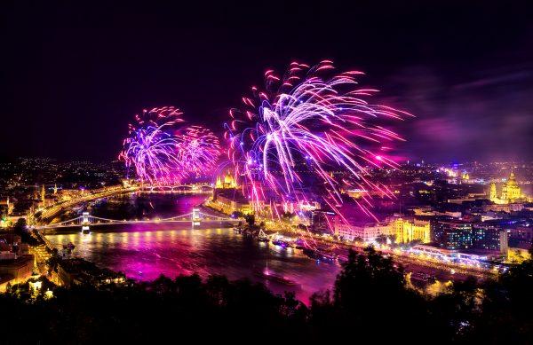 Фейерверк над Будапештом и Дунаем