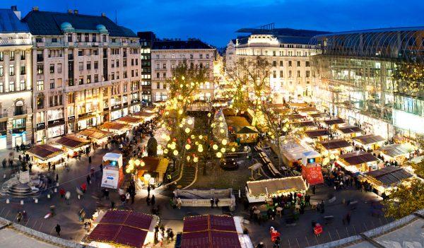 Торговые павильоны на рождественской ярмарке в Будапеште