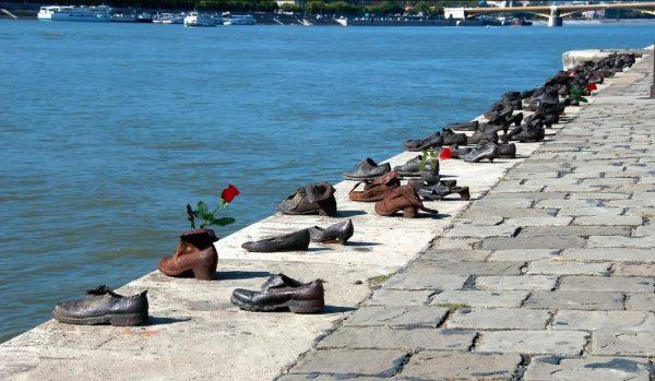 «Туфли на набережной» - мемориал жертвам Холокоста