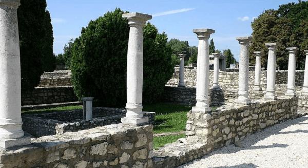 Римские колонны в археологическом парке Аквинкум