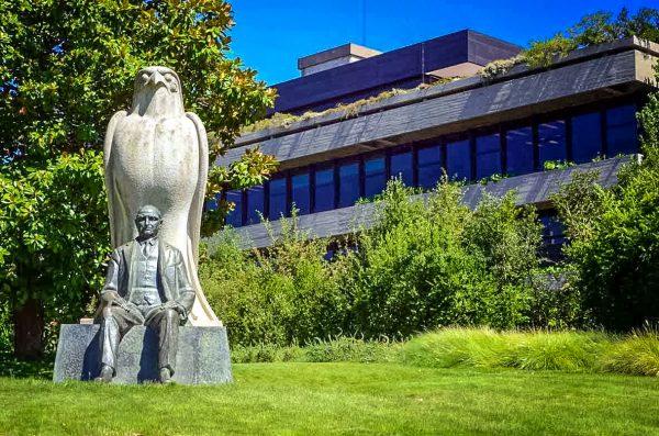 Скульптура Галуста Гюльбенкяна в саду музея