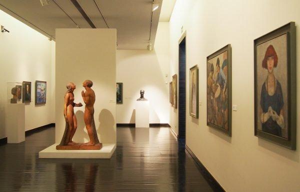 Скульптуры и картины в музее Шиаду
