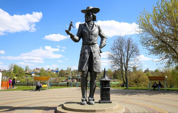 Статуя Гулливера в городском парке Орши