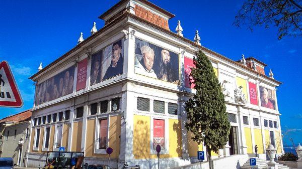 Здание музея старинного искусства в Лиссабоне