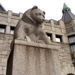 Скульптура медведя у входа в Национальный музей Финляндии