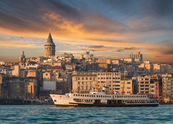 Вид на Галатскую башню со стороны Босфора в Стамбуле