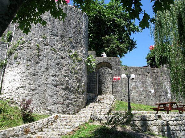 Один из старинных замков возле Ризе