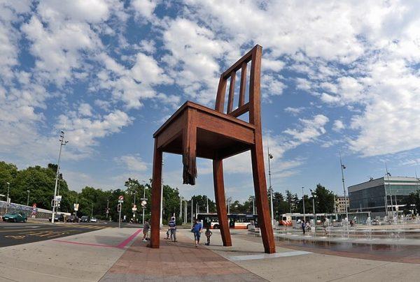 Памятник «Сломанный стул» в Женеве