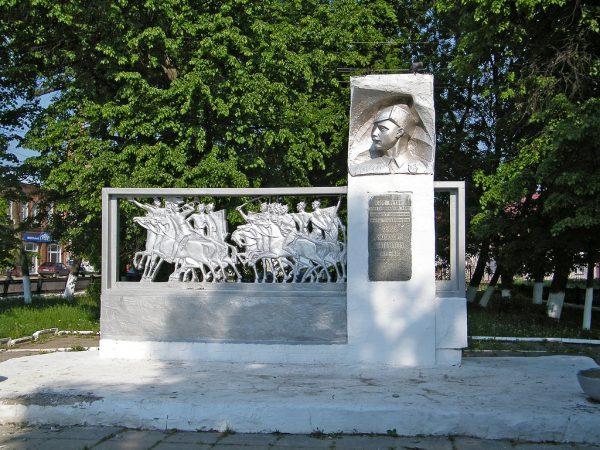 Памятник комбригу Патоличеву в Гороховце