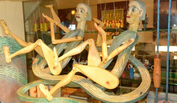 Экспонаты музея марионеток в Женеве
