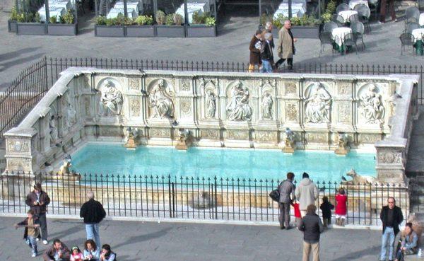 Люди у фонтана Гайя