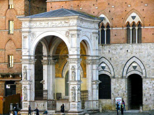Капелла ди Пьяцца, пристроенная к Общественному дворцу