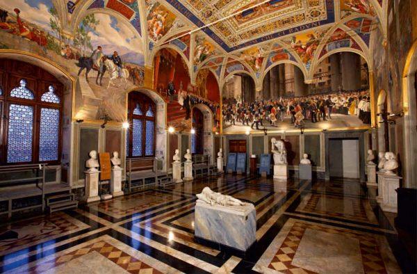 Интерьер одного из залов Городского музея Сиены