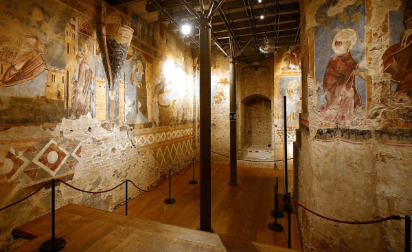 Старинные фрески на стенах склепа под собором Дуомо