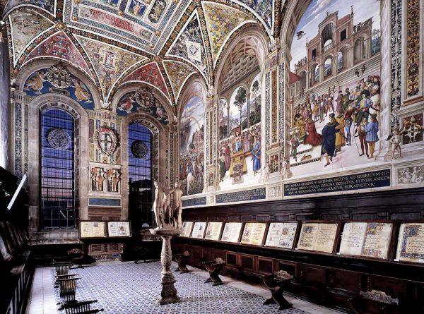 Древние манускрипты и книги в библиотеке