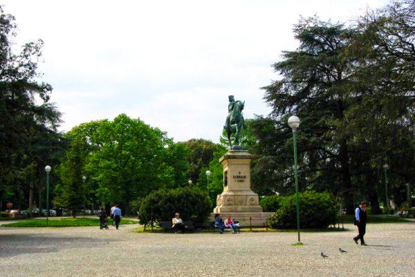 Люди отдыхают в саду della Lizza