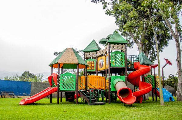 Детская площадка на зелёной лужайке