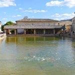 Бассейн с термальной водой на площади Баньо-Виньони