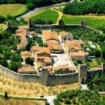 Небольшое селение Монтериджони, окружённое оборонительной стеной