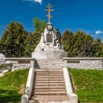 Скульптурная композиция на братской могиле 1812 года в Малоярославце