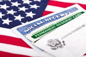 Грин-карта США на фоне американского флага