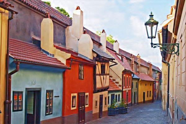 Разноцветные дома на Златой улочке в Праге